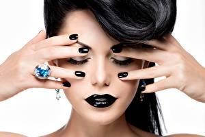 Обои Пальцы Губы Брюнетка Белый фон Руки Кольцо Маникюр Мейкап Черный Девушки