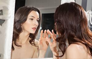 Картинки Пальцы Зеркало Отражение Шатенка Волосы Смотрит Руки Девушки