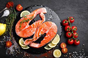 Картинки Рыба Томаты Лимоны Лососи Разделочной доске Соли Пища