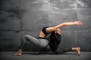 Картинки Фитнес Гимнастика Шатенка Физические упражнения Руки Девушки Спорт