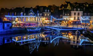 Картинка Франция Здания Пирсы Вечер Электрическая гирлянда Auray Города