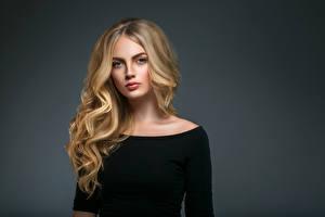 Фотографии Серый фон Блондинка Волосы Смотрит Девушки