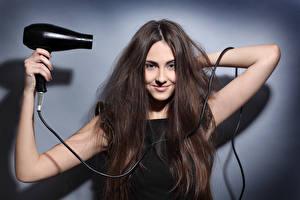 Фотография Шатенка Улыбка Волосы Руки Hair dryer
