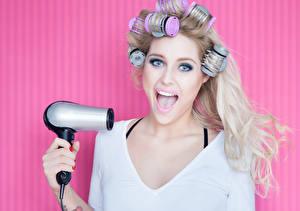 Фото Цветной фон Блондинка Волосы Смотрит Hair dryer Девушки