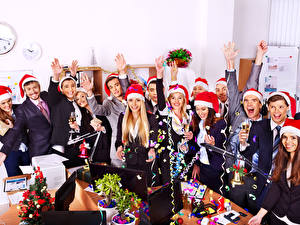 Картинки Праздники Рождество Мужчина Смех Радость Шапки Бокалы Девушки