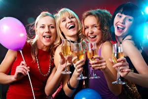 Картинка Праздники Украшения Воздушным шариком Смеется Счастье Блондинка Бокалы молодые женщины