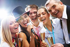 Фотографии Праздники Мужчины Блондинка Шляпа Микрофоном Смех Бокалы Девушки