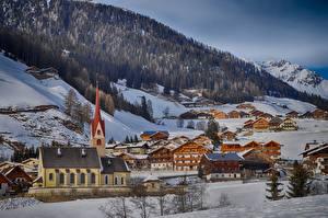 Обои Италия Зимние Горы Леса Здания Церковь Альпы Снег Деревня commune Gsies, South Tyrol Природа