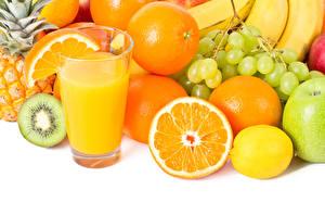 Фото Сок Фрукты Апельсин Лимоны Виноград Белым фоном Стакане Продукты питания