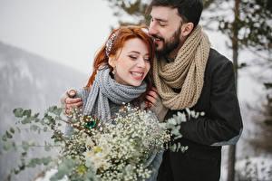 Картинка Любовь Мужчины 2 Радость Улыбается Рыжих Шарф Девушки