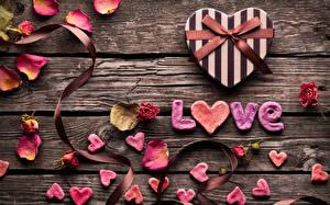 Фото Любовь Розы День святого Валентина Доски Лепестки Сердечко Подарки Бантик Английский