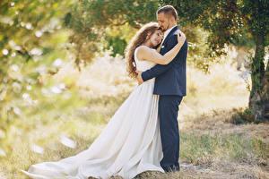Фотографии Любовь 2 Шатенка Невеста Жених Объятие Платье Девушки