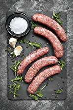 Картинки Мясные продукты Колбаса Чеснок Перец чёрный Разделочная доска Соль