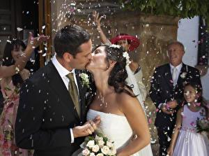 Картинки Мужчины Любовники Свадебные Жениха Невесты Двое Целование Брюнеток Конфетти молодые женщины