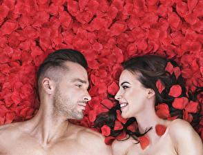 Фотографии Мужчины Любовь 2 Брюнетки Улыбка Лепестки Смотрят Девушки