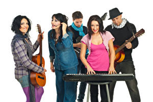Картинки Мужчины Музыкальные инструменты Белый фон Гитара Улыбка Музыка Девушки