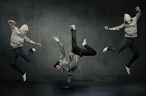 Обои Мужчины Трое 3 Танцы В прыжке Рука Ног