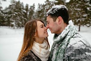 Картинка Мужчина Зимние Любовь Любовники Двое Шатенка Снегу Свидание Девушки