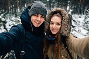 Картинки Мужчины Зима Двое Улыбка Шапки Смотрит Девушки