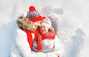 Картинки Мать Зимние 2 Девочки Улыбка Шапки Шарф Снега Ребёнок Девушки