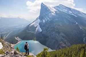 Фотография Гора Озеро Канада Мужчина Пейзаж Утес Снега Canadian Rocky Mountains Природа