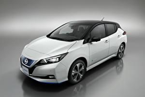 Обои Nissan Сером фоне Белая 2019 Leaf машины