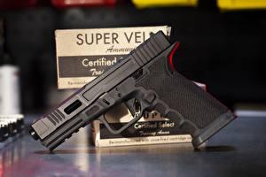 Фотографии Пистолеты Крупным планом Glock 17 FI Mk 2