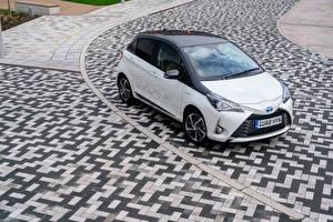 Обои Toyota Гибридный автомобиль Белый Металлик 2019 Yaris Hybrid  Y20