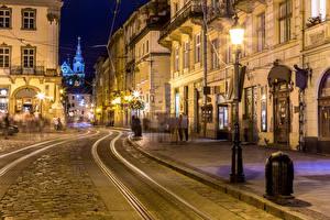 Картинка Украина Львов Дома Вечер Дороги Улица Уличные фонари Города