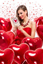 Обои День всех влюблённых Шатенка Улыбка Сердечко Воздушный шарик Девушки