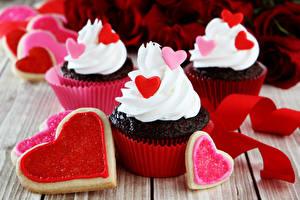 Фотографии День святого Валентина Печенье Капкейк кекс Доски Сердечко Дизайн Еда