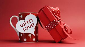Фотографии День святого Валентина Красный фон Кружка Сердечко Английский Подарки Бантик