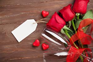 Фотография День всех влюблённых Розы Доски Красный Шаблон поздравительной открытки Сердце Трое 3 Бокалы Ленточка Цветы