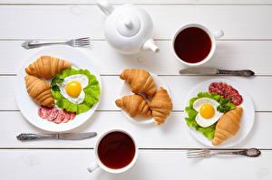 Фото День всех влюблённых Чай Круассан Ножик Колбаса Завтрак Двое Чашка Яичница Сердечко Вилка столовая Пища