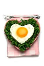 Картинки День всех влюблённых Овощи Белый фон Тарелка Яичница Сердечко Вилка столовая Пища