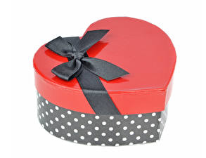 Фото День всех влюблённых Белый фон Подарки Коробка Сердце Бантик