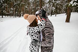 Картинка Зимние Мужчины Любовь 2 Объятие Шапки