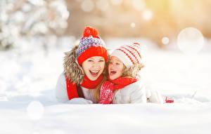 Обои Зимние Мама Двое Девочки Шапки Счастливые Снег Дети Девушки