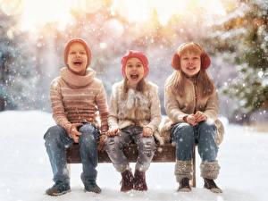 Фотография Зимние Снег Втроем Девочки Мальчики Счастье Сидящие Джинсы Ребёнок
