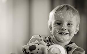Картинки Йогурт Мальчики Смотрит Улыбка Черно белое Забавные Ребёнок