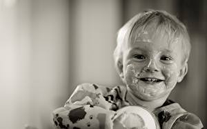 Картинки Йогурт Мальчик Взгляд Улыбается Черно белое Забавные Дети