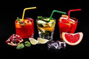 Обои Алкогольные напитки Коктейль Гранат Грейпфрут Лайм Черный фон Трое 3 Стакане Лед Еда