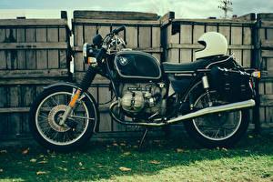 Картинка BMW - Мотоциклы Винтаж Забор Трава Шлем r90/6 Мотоциклы