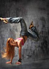 Фото Блондинки Танцы Ног Рука Волосы Джинсы девушка
