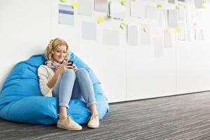 Фотография Блондинок Сидящие Улыбка Ноги молодая женщина