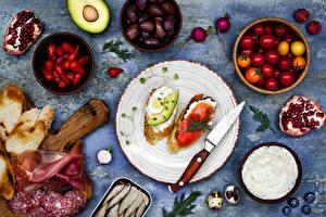 Картинка Бутерброды Ветчина Нож Помидоры Колбаса Гранат Оливки Хлеб Тарелка Двое Яйцо Пища