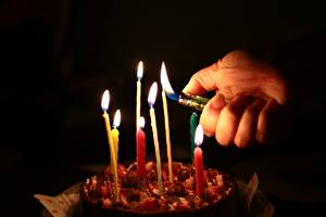 Картинки Торты Свечи Огонь Пальцы На черном фоне Руки