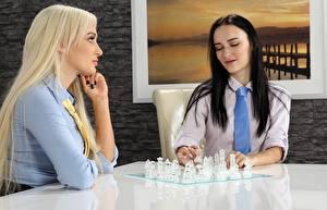 Картинка Шахматы 2 Сидит Блондинка Брюнетка Галстук Девушки