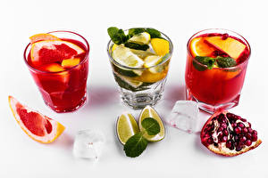 Фото Коктейль Алкогольные напитки Грейпфрут Лайм Гранат Белый фон Рюмки Лед Пища