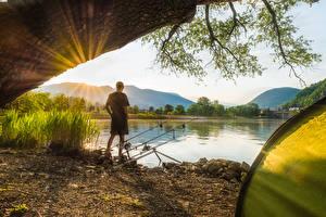 Картинки Ловля рыбы Удочка Мужчины Берег Спорт